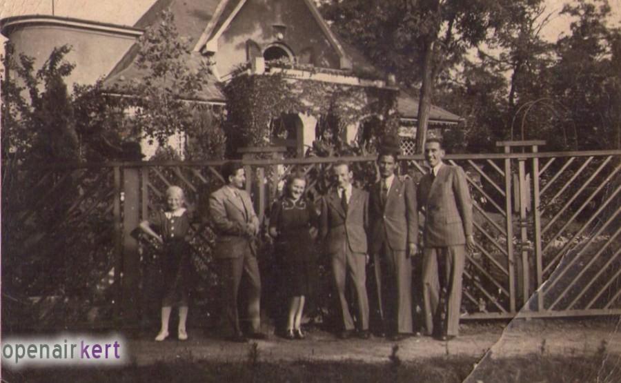 A Kalafut család tagjai a villa előtt az 1970-es években