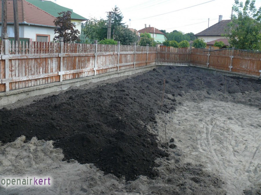 A kertépítés folyamata - Csepel - termőföld terítés