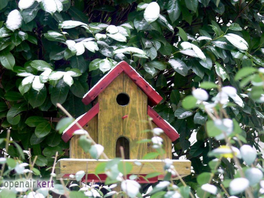 Egyedileg készített talpas madáretető, Phönix-ház, Újlipótváros, 13. kerület, Raoul Wallenberg utca 2-4.